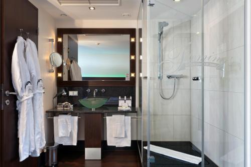 Een badkamer bij Flemings Hotel Frankfurt Hamburger Allee