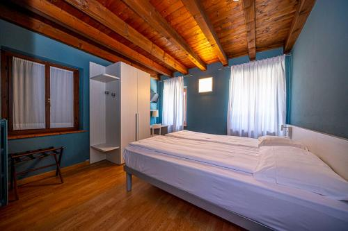 A bed or beds in a room at Albergo All'Ancora