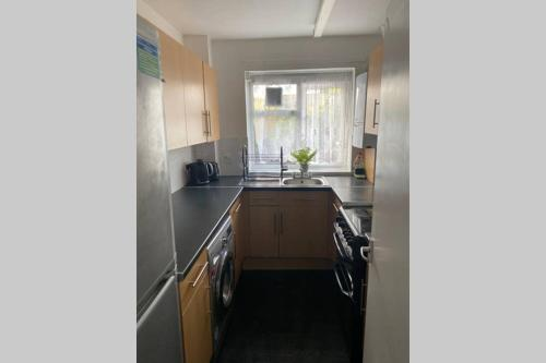 A kitchen or kitchenette at Spacious One Bedroom Flat