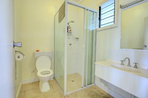 Uma casa de banho em King Solomon Hotel