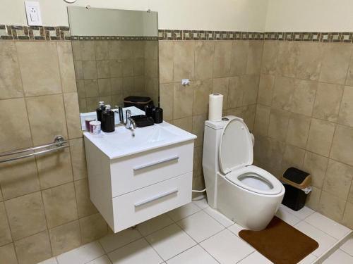 Um banheiro em Plane Spotting Bed & Breakfast Curaçao