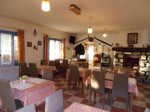 A restaurant or other place to eat at Le Casquille