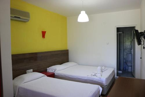 A bed or beds in a room at Simge Pension