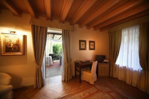 Ein Sitzbereich in der Unterkunft Romantik Hotel Relais Mirabella Iseo