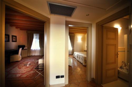 Ein Badezimmer in der Unterkunft Romantik Hotel Relais Mirabella Iseo