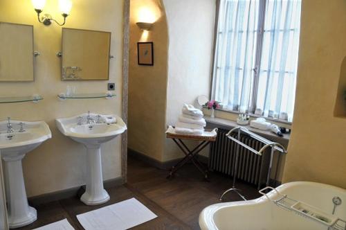 A bathroom at Château Royal de Saint Saturnin - Les Collectionneurs