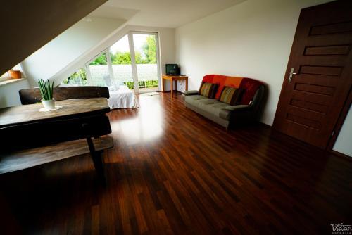 Część wypoczynkowa w obiekcie Isaan Ostrzyce - Samodzielne Komfortowe Apartamenty i Tajska Kuchnia na Kaszubach