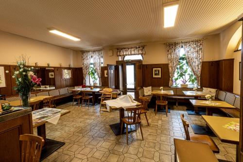 A restaurant or other place to eat at Hotel-Restaurant Fritz Matauschek