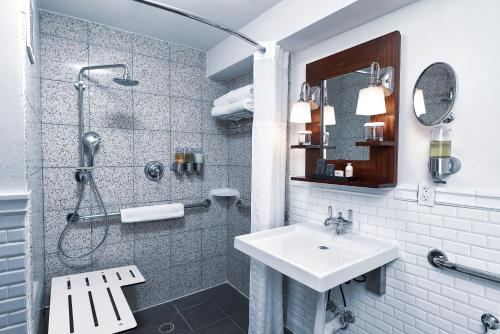 A bathroom at National Hotel, An Adult Only Oceanfront Resort