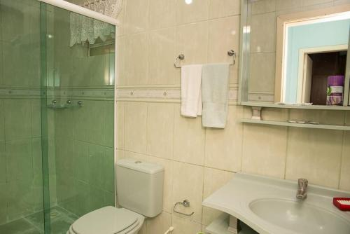 A bathroom at Apto. CORAÇÃO DE GRAMADO 80 m da Rua Coberta.