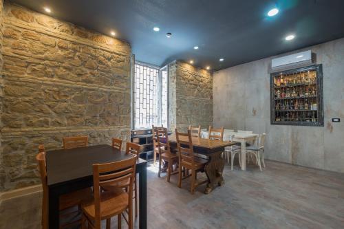 Un restaurante o sitio para comer en Alessandro Palace & Bar