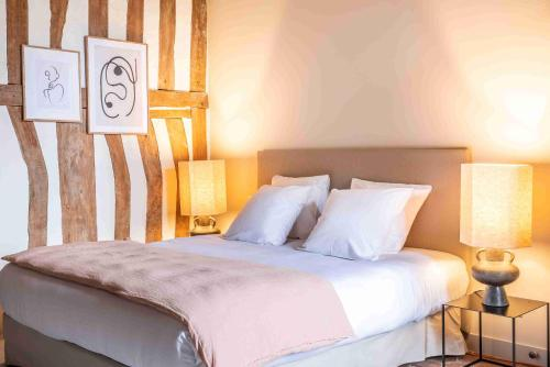 A bed or beds in a room at Les Manoirs des Portes de Deauville