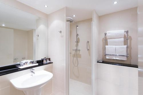 A bathroom at Mercure Sheffield St Paul's Hotel & Spa