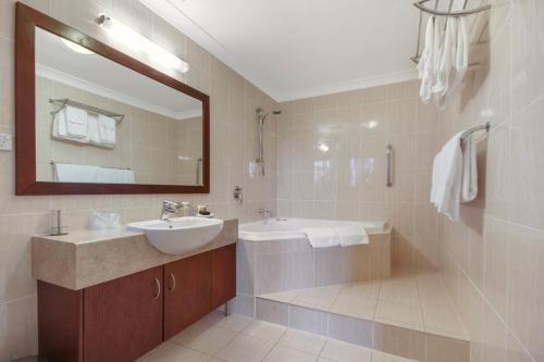 A bathroom at Yarrandabbi Dreaming Boutique B&B