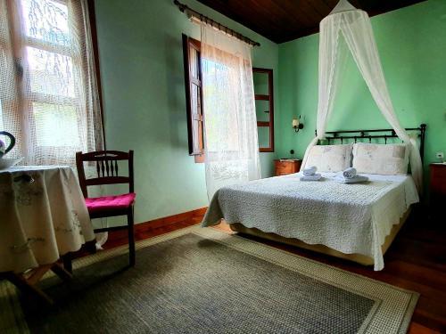 Łóżko lub łóżka w pokoju w obiekcie Varosi Guesthouse