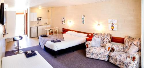 A bed or beds in a room at Barham Bridge Motor Inn