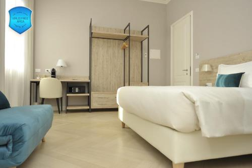 A bed or beds in a room at Bergamo Inn 43