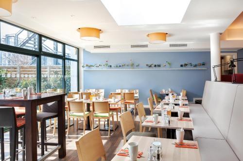 Ein Restaurant oder anderes Speiselokal in der Unterkunft Holiday Inn Dresden - City South