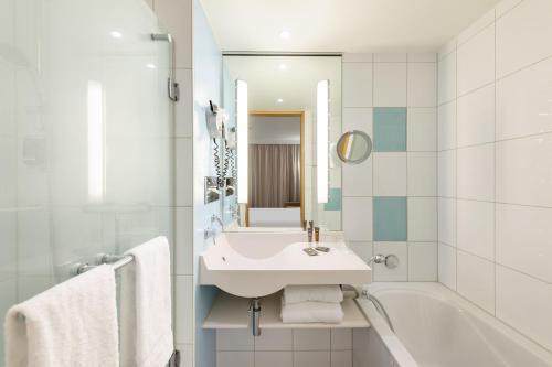 A bathroom at Novotel Berlin Am Tiergarten