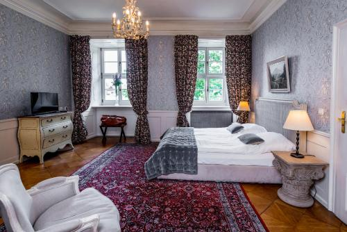 A bed or beds in a room at Hotel Palac Staniszow