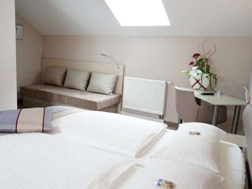 A bed or beds in a room at Hotel Bonn City