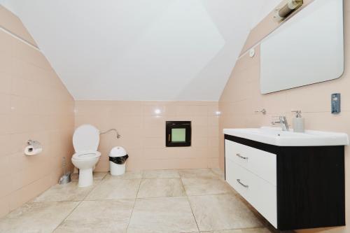 A bathroom at Casa Golopența