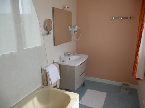 A bathroom at Hotel du Haut Marais