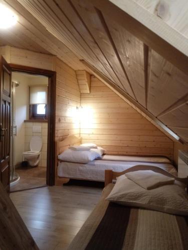 Łóżko lub łóżka w pokoju w obiekcie Dom Gościnny BIERWIONO