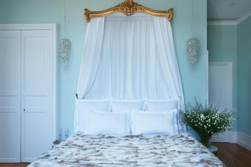 A bed or beds in a room at Chateau de Sacy