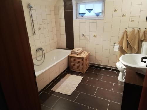 A bathroom at Ferienwohnung Hähnert