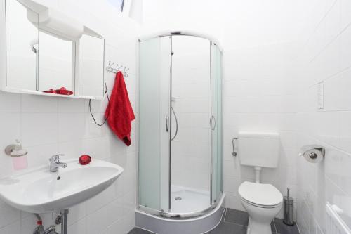 A bathroom at Queens Apartments
