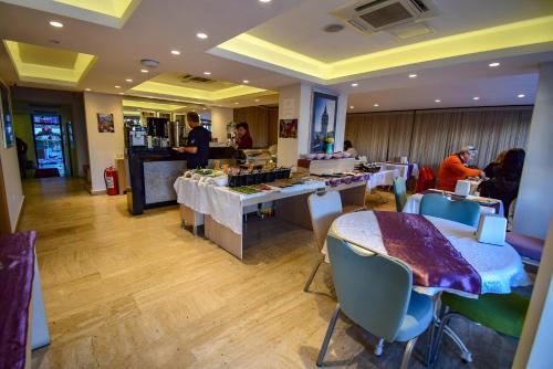 مطعم أو مكان آخر لتناول الطعام في فندق سيتي مارماريس