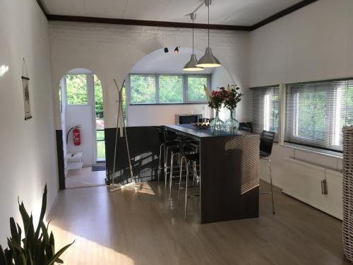A kitchen or kitchenette at Vakantieappartement Stal Rhosyr