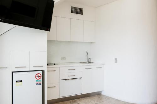 A kitchen or kitchenette at Noosa Blue Resort