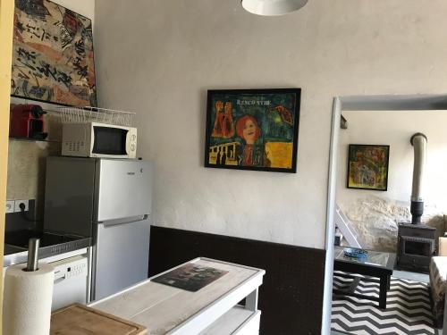 A kitchen or kitchenette at le luberon des artistes