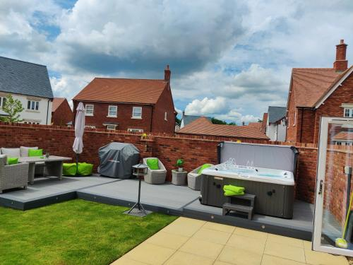 Brand New Modern 4 Bed House with Hot Tub, Sunny Garden, WiFi, Sky Q & Netflix in Central Tourist Location
