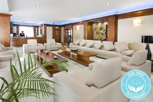 The lounge or bar area at Elba Motril Beach & Business Hotel