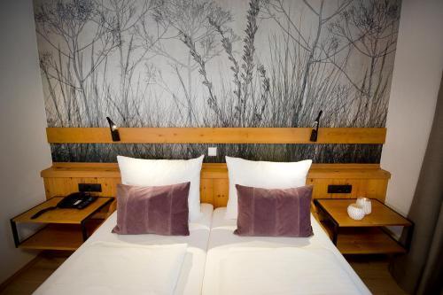 Ein Bett oder Betten in einem Zimmer der Unterkunft Hotel Vierjahreszeiten