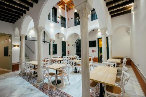 Un restaurante o sitio para comer en Hotel Cetina Sevilla