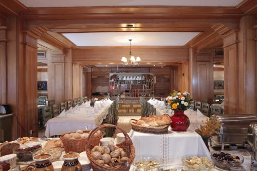 A restaurant or other place to eat at Best Western Bucovina Club de Munte
