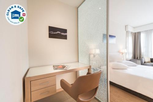سرير أو أسرّة في غرفة في ستارلينغ ريزيدنس جنيفا