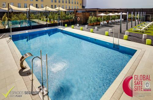 The swimming pool at or near Sercotel Alcalá 611