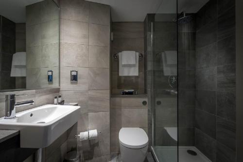 A bathroom at Maldron Hotel Sandy Road Galway