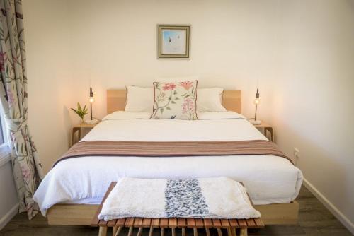 A bed or beds in a room at Myrtle Tree Lodge-Leaves, Kangaroo Valley