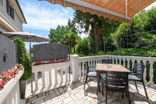 A balcony or terrace at Apartments Villa Salona