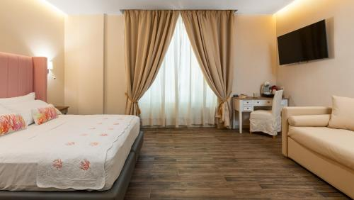 A bed or beds in a room at Onda Marina Rooms