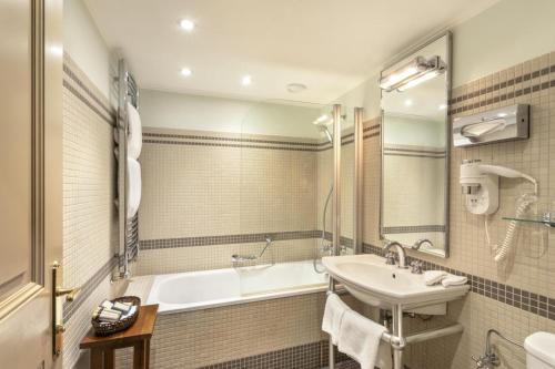 A bathroom at Iron Gate Hotel & Suites