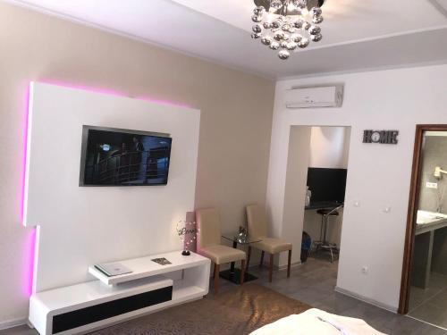 A television and/or entertainment center at Bajor Panzió Aparthotel Bük-Bükfürdő Felnőttbarát 12 plus