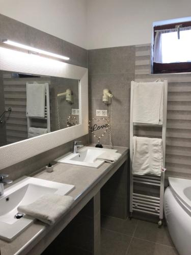 A bathroom at Bajor Panzió Aparthotel Bük-Bükfürdő Felnőttbarát 12 plus