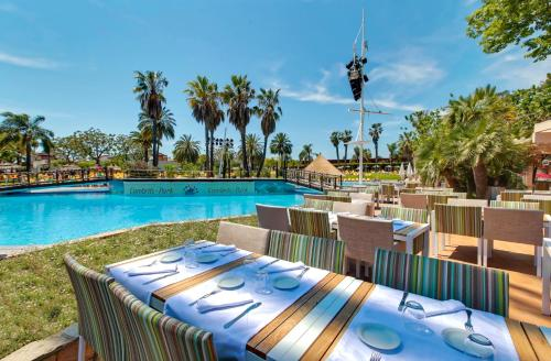 A restaurant or other place to eat at Cambrils Park Family Resort
